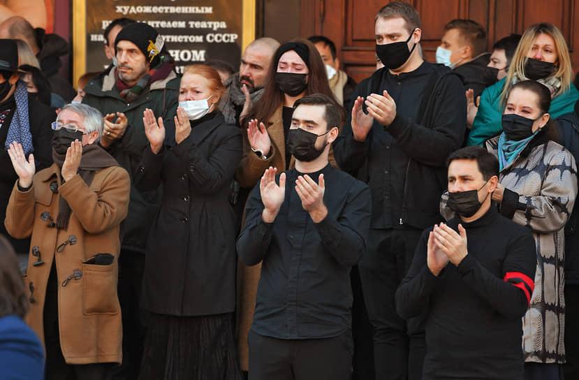 Участники церемонии прощания проводили гроб с телом актера аплодисментами