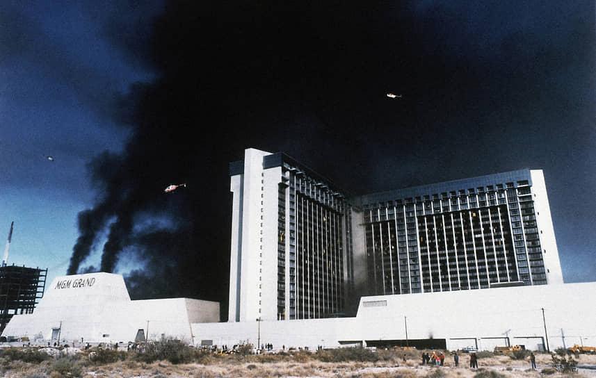В здании отеля было 2084 гостиничных номеров, и на момент открытия в 1973 году это был один из крупнейших отелей в мире. Здание представляло собой 26-этажный небоскреб из трех крыльев – южного, восточного и западного, соединявшихся в виде буквы «Т»