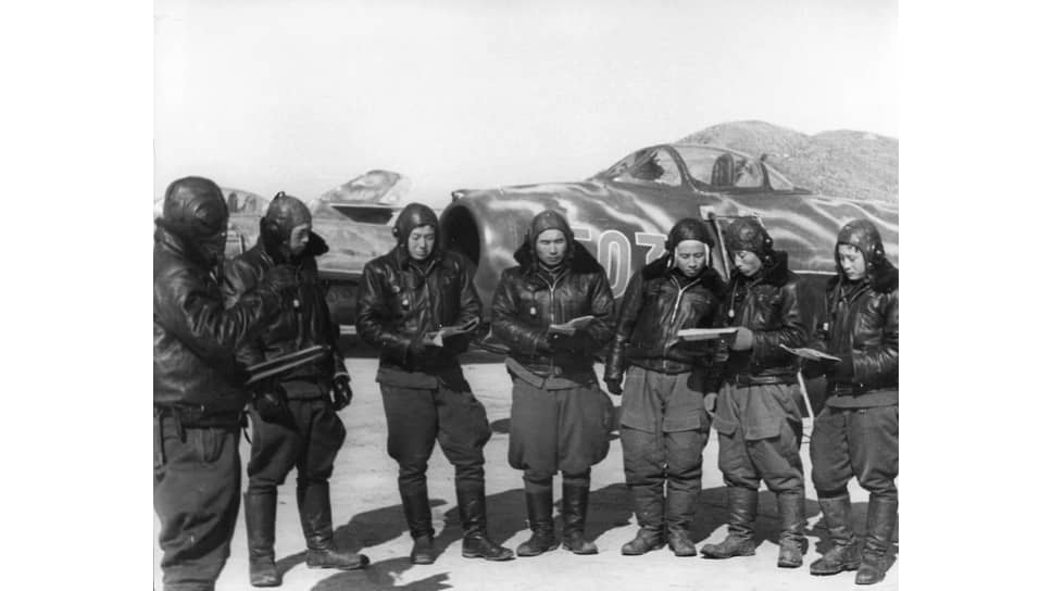 «Корейским и китайским летчикам (на фото) приходилось гораздо труднее при встречах с F-86, поскольку они не имели достаточной летно-тактической подготовки»