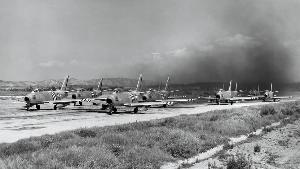 «Самолет МиГ-15бис,— говорилось в докладе научно-технического отдела Истребительной авиации ПВО страны,— не может вести эффективной борьбы с истребителями-штурмовиками Ф-80, Ф-84 на малых и с истребителями типа Ф-86 на малых и средних высотах» (на фото — F-86 «Сейбр»)