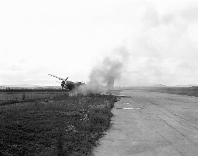 """«""""Сейбры"""",— вспоминал генерал Лобов,— не смогли помешать нам нанести крупное поражение бомбардировочной и истребительно-бомбардировочной авиации агрессора» (на фото — горящий бомбардировщик B-26»"""