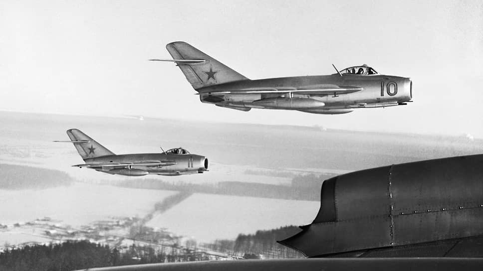 «21 летчик корпуса,— докладывал генерал Лобов о самолете МиГ-15 (на фото),— катапультировал по причине разрушения тяги руля высоты»