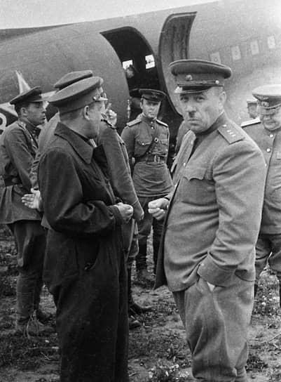 «Сбитые самолеты противника,— приказывал главком ВВС Жигарев командующему ВВС Дальнего Востока Красовскому (на фото — на переднем плане, справа),— тщательно обследуйте»