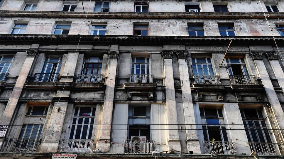 Сложно представить, что в этом здании когда-то располагался роскошный отель с самым шикарным в городе рестораном