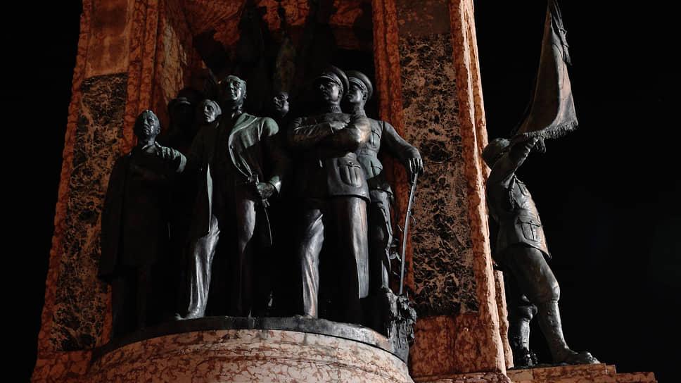 Бронзовые фигуры двух русских можно увидеть на памятнике «Республика» на площади Таксим. Но не белых, а красных