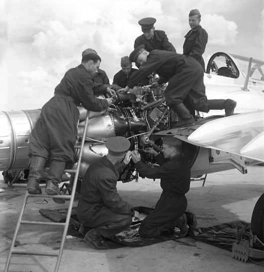 «Самолеты МИГ-15,— докладывал генерал Лобов,— в ходе боевых действий показали свою большую живучесть… Вместе с этим выявились и некоторые слабые стороны»