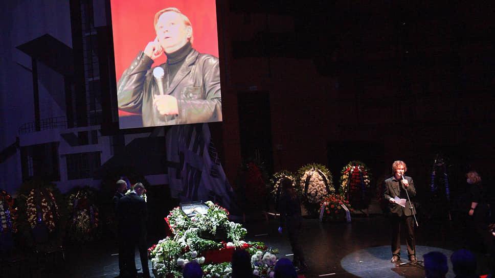 Церемония прошла в Театре Романа Виктюка в Сокольниках в открытом формате: с режиссером могли проститься все желающие