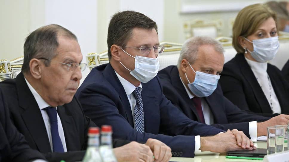 Министр иностранных дел России Сергей Лавров (слева) и заместитель председателя правительства России Александр Новак (второй слева)