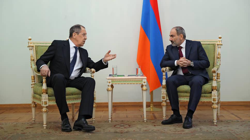 Премьер-министр Армении Никол Пашинян (справа) и министр иностранных дел России Сергей Лавров