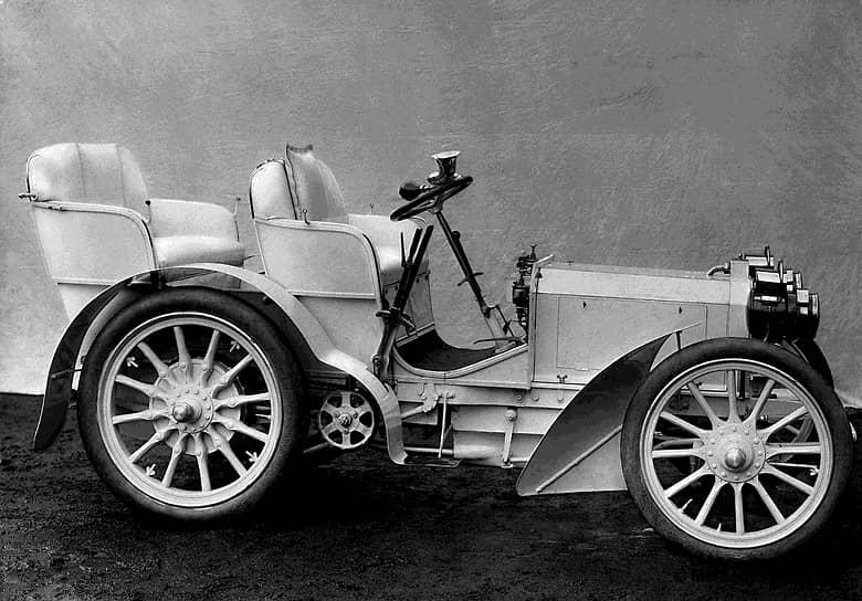 Первым автомобилем Mercedes стала модель 35 НР. Он был разработан инженером-конструктором Вильгельмом Майбахом по заказу австрийского предпринимателя Эмиля Еллинека, в честь дочери которого машина и получила свое название. Работы над автомобилем завершились в ноябре 1900 года. Он имел двигатель мощностью 35 л.с., длинную колесную базу, стальной кузов. Центр тяжести был смещен вниз для лучшей устойчивости