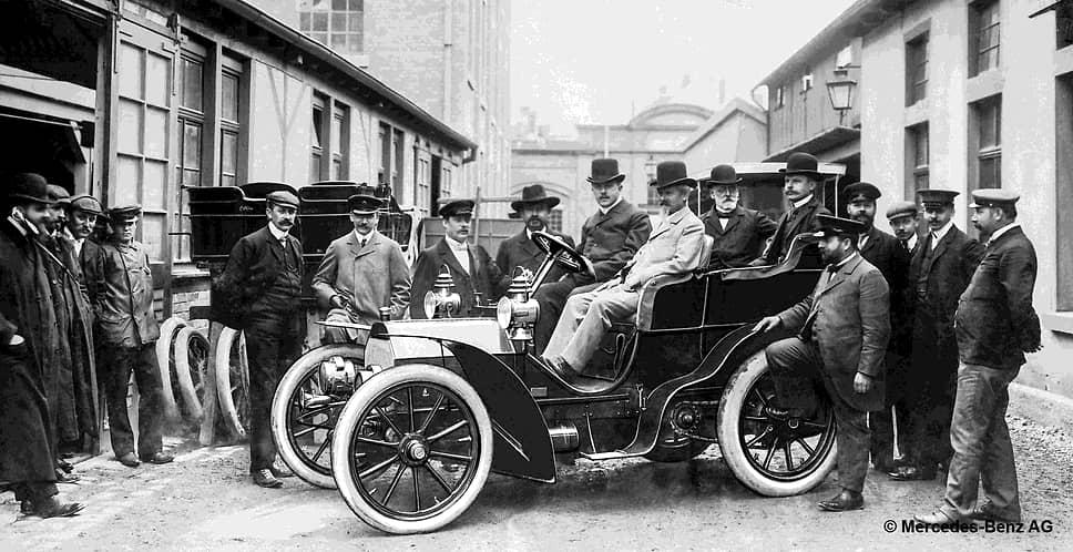 В 1902 году компания Daimler Motoren Gesellschaft представила новую модель — Mercedes Simplex. По легенде в 1903 году Вильгельм Майбах (рядом с водителем) лично представил этот автомобиль императору Германии Вильгельму II. Тот выразил свое восхищение и сказал: «Да, ваш автомобиль великолепен… Тем не менее я верю в лошадь. Автомобиль — это лишь временное явление»