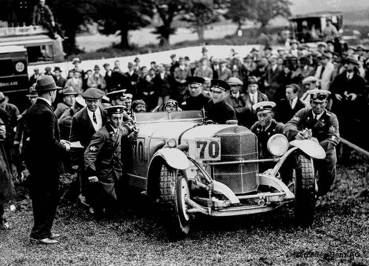 Большую известность фирме Mercedes-Benz принесли спортивные автомобили серии S (Sport), выпускавшиеся с 1927 года. Они установили множество рекордов на соревнованиях. Компрессорный двигатель имел мощность до 120 л.с. в обычном режиме работы и до 180 л.с. при включении наддува