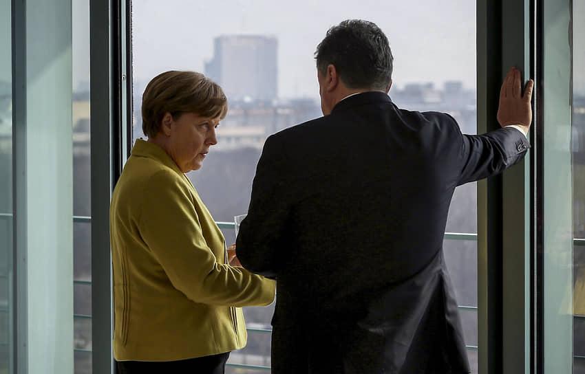 Во время встречи с президентом Украины Петром Порошенко в Германии, 2015 год
