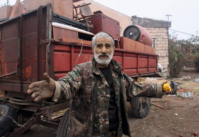 Мы встретили нашего знакомого старика Самвела у него во дворе возле грузовичка, груженного домашним скарбом. «Сердце очень болит,— сказал он.— Для меня очень стыдно сейчас, что так приходится уезжать. Стыдно стать бездомным в конце жизни»