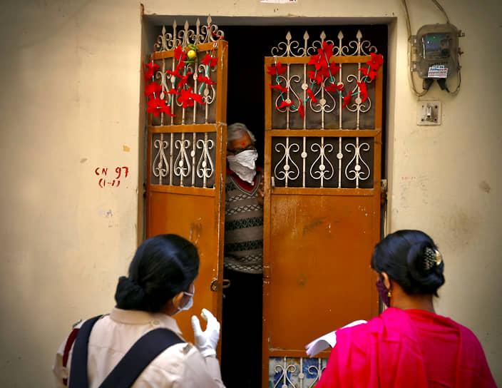 Нью-Дели, Индия. Медицинские работники проводят опрос в связи с пандемией коронавируса