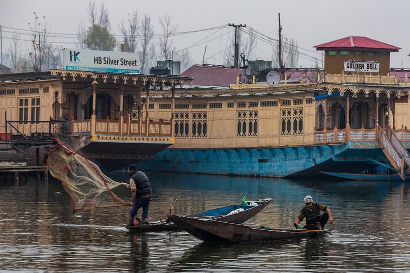 Сринагар, союзная территория Джамму и Кашмир, Индия. Рыбаки за работой на окраине города