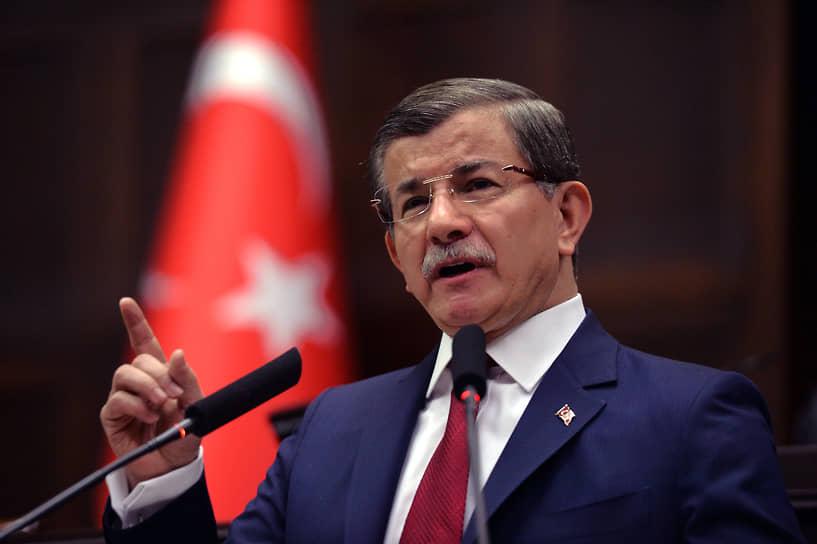 Позже премьер-министр Турции Ахмет Давутоглу (на фото) признал, что российский Су-24 сбили по его приказу. Приказ касался не конкретного самолета, а всех, пересекающих воздушную границу без разрешения