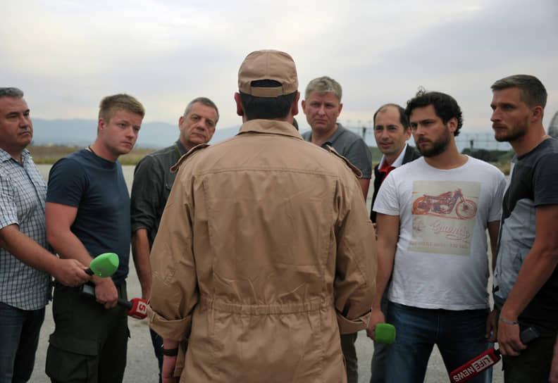 Штурман Су-24 капитан Константин Мурахтин (в центре) был спасен спецподразделениями РФ и сирийской армии