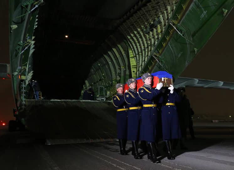 Гроб с телом Олега Пешкова доставили на военный аэродром Чкаловский в Подмосковье. Его похоронили с воинскими почестями на Центральной аллее городского кладбища Липецка