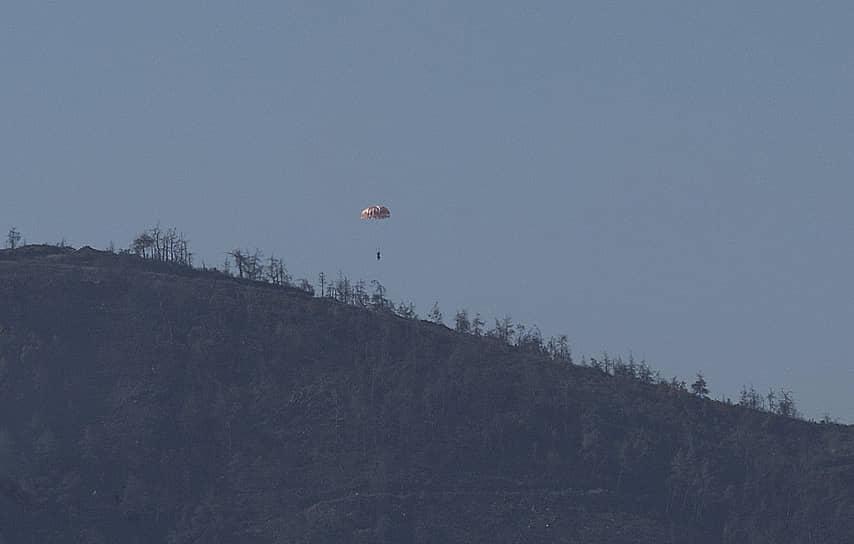 По данным Анкары, бомбардировщик пересек турецкую границу, углубившись на 4 км в воздушное пространство страны. В Генштабе Турции утверждали, что «российский борт в течение пяти минут получил десять предупреждений», после чего двум истребителям F-16 «пришлось оказать сопротивление»<br> На фото: катапультирование экипажа Су-24