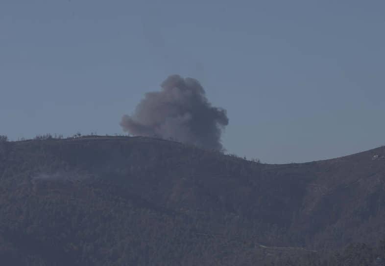 Российский Генштаб представил свою версию событий, согласно которой два российских самолета выполняли задачу по уничтожению скопления боевиков в 5,5 км к югу от госграницы Турции <br> На фото: дым от взрыва на месте падения Су-24