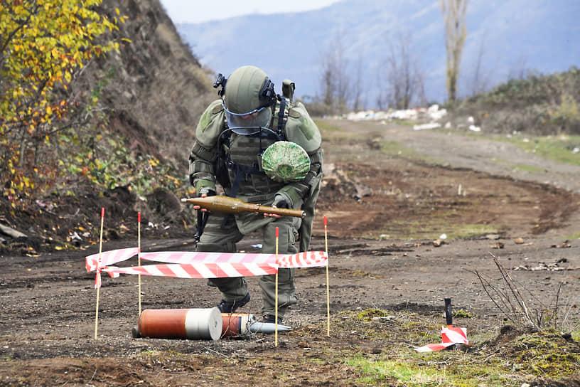 Шуша, Нагорный Карабах. Российский миротворец занимается разминированием дороги