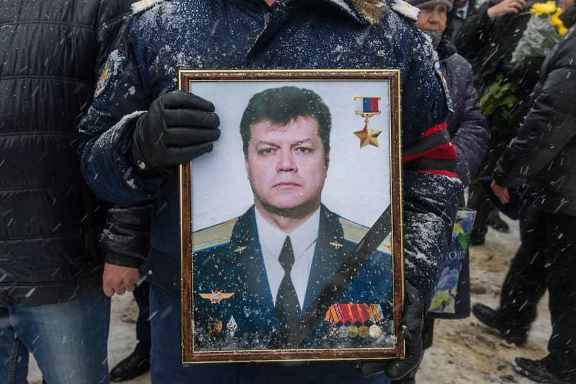 Экипажу удалось катапультироваться. Командир подполковник Олег Пешков (на фото) погиб, попав под автоматный огонь с земли во время спуска на парашюте