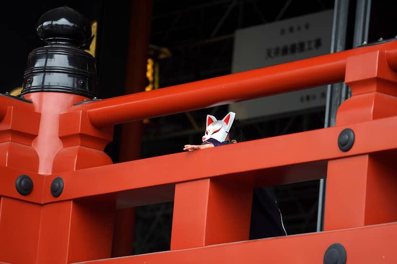 Токио, Япония. Ребенок в маске