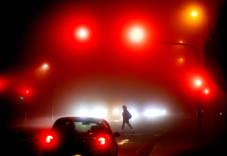 Франкфурт, Германия. Женщина переходит через дорогу