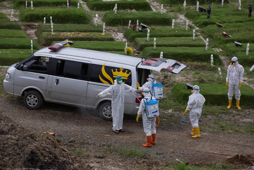 Медан, Индонезия. Дезинфекция после похорон человека, умершего от коронавируса