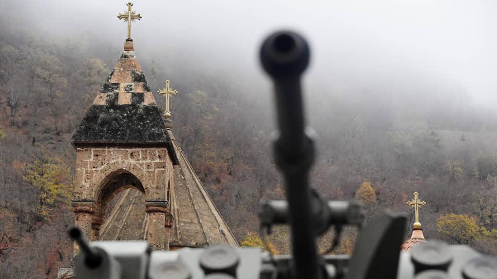 Военная техника российских миротворческих сил у монастырского комплекса Дадиванк
