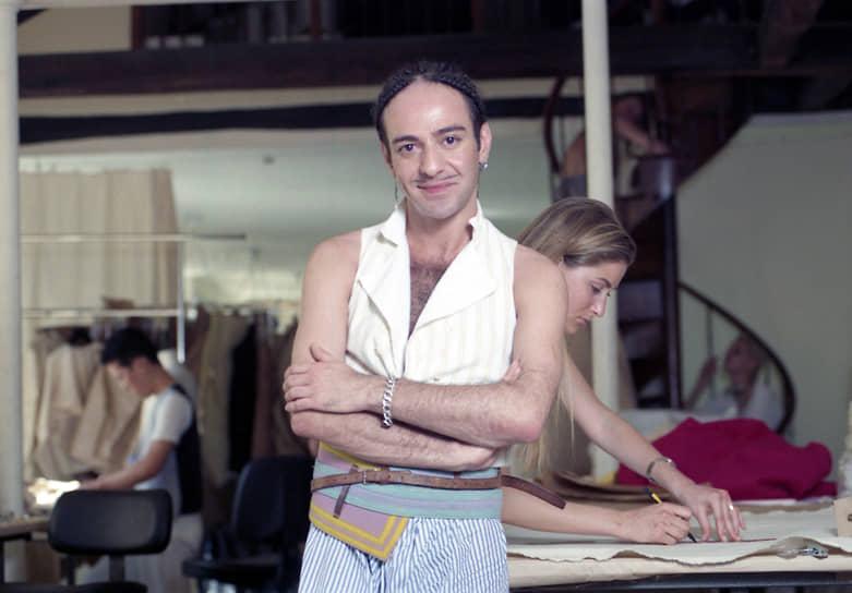 Популярность дизайнера росла — два года подряд Джон Гальяно был ответственным за коллекции дома Balenciaga. В 1992 году модельер переехал в Париж. Там он прежде всего занимался историческим костюмом, создавая сиренево-жемчужного цвета платья с пятиметровыми шлейфами в стиле Помпадур