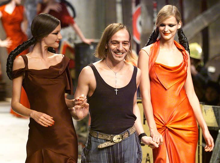 Джон Гальяно после почти 15 лет в Christian Dior лишился этой работы в 2011 году из-за своих антисемитских высказываний. Видеозапись момента, когда он в пьяном виде признается в любви к Адольфу Гитлеру, попала в интернет. Известно было и о других случаях антисемитских высказываний модельера. После скандала он лишился многих из своих наград