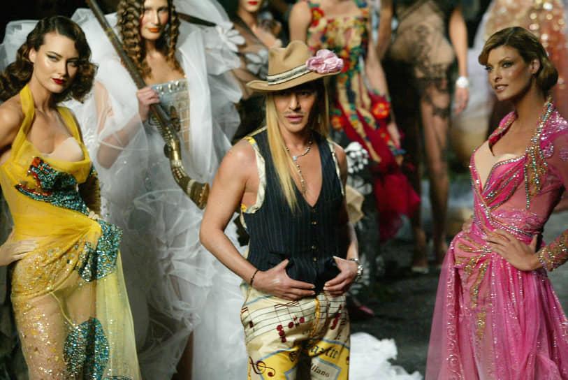 В 2015 году Джон Гальяно занял пост креативного директора модного дома Maison Margiela. Его первая коллекция была представлена в Лондоне на Неделе высокой моды. Для этой коллекции Гальяно разработал 24 образа, в которых соединил фирменный деконструктивизм французской марки с собственной тягой к театральной пышности