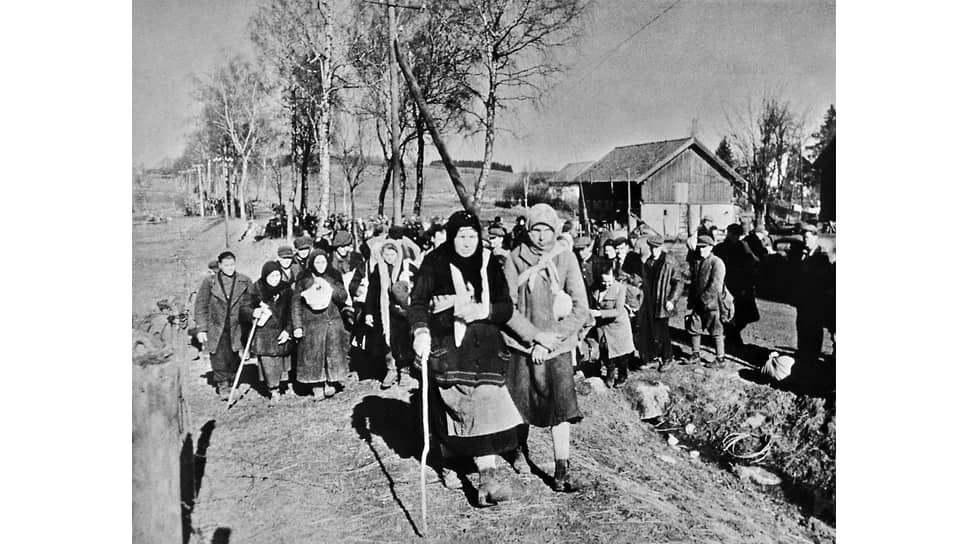«К 15 мая 1946 г. возвращено в СССР 5308443чел.» (на фото — советские люди, угнанные в Восточную Пруссию, на пути домой. 1945 год)