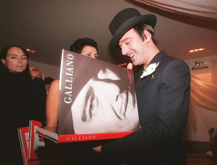 Параллельно дизайнер работал над собственным брендом John Galliano. В 1997 году он открыл свой первый бутик в Москве