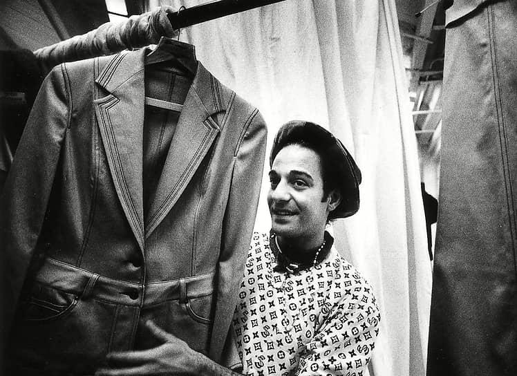 Джон Гальяно родился 28 ноября 1960 года в Гибралтаре в интернациональной семье, его отец — англичанин с итальянскими корнями, мать — испанка. Когда Джону исполнилось шесть лет, семья перебралась в Лондон. В 1981 году будущий модельер поступил в Колледж искусства и дизайна святого Мартина, где заинтересовался историческим костюмом