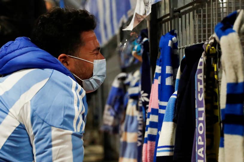Неаполь, Италия. Мужчина оплакивает смерть аргентинского футболиста Диего Марадоны