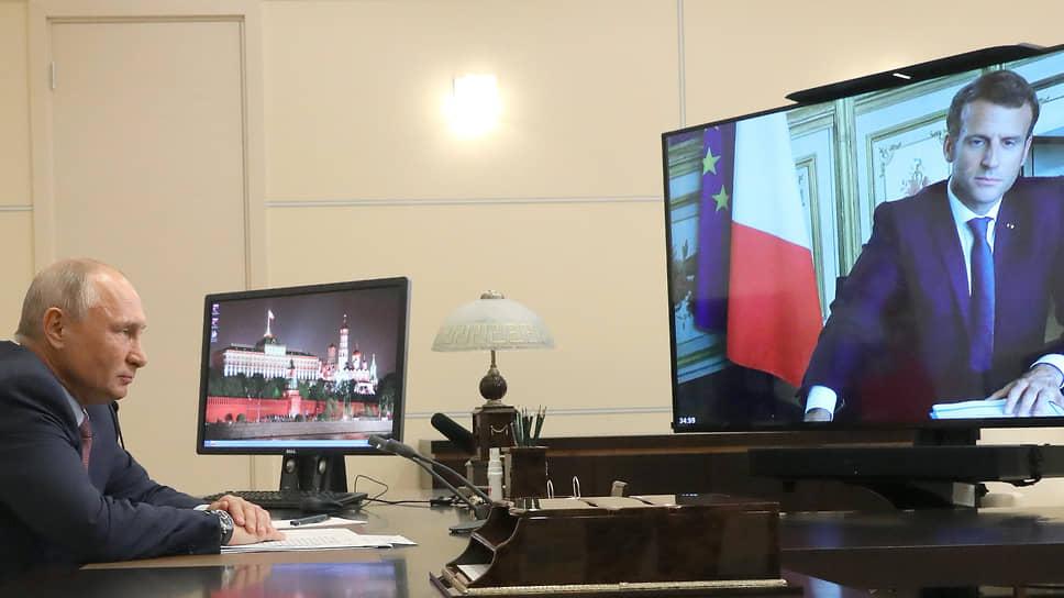 Президент России Владимир Путин (слева) во время переговоров в режиме видеоконференции с президентом Франции Эммануэлем Макроном