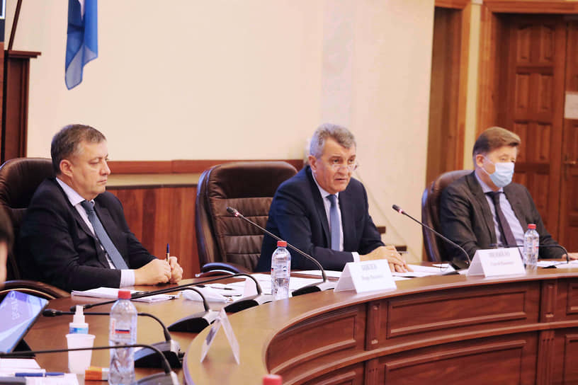 Сергею Меняйло (в центре) пришлось заменять заболевшего ковидом главу Хакасии Валентина Коновалова на заседаниях оперативного штаба