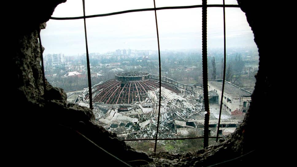 Вид на здание разрушенного цирка в Грозном. Последнее представление там прошло в 1991 году