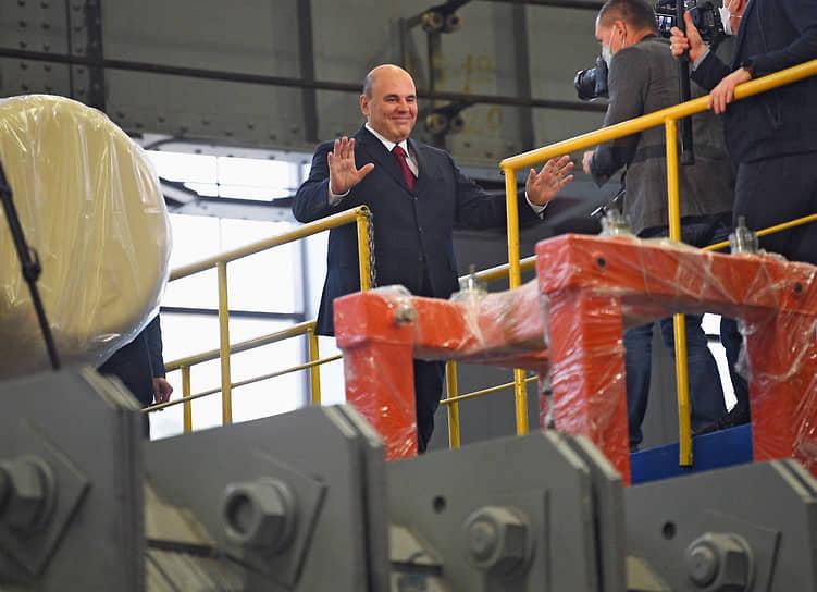 Дубна, Московская область. Премьер-министр Михаил Мишустин (слева) во время посещения Объединенного института ядерных исследований