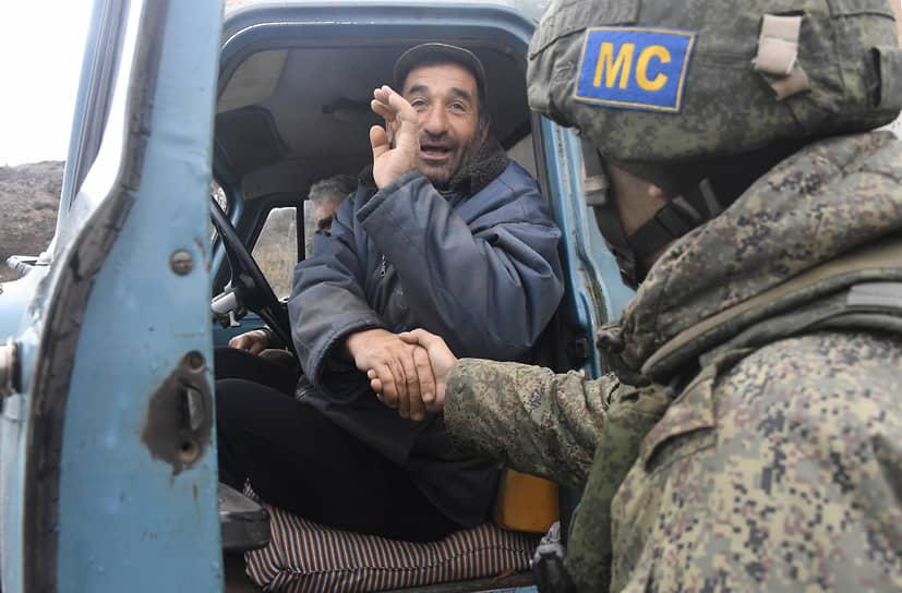 Шуша, Нагорный Карабах. Российский миротворец во время досмотра гражданского автомобиля