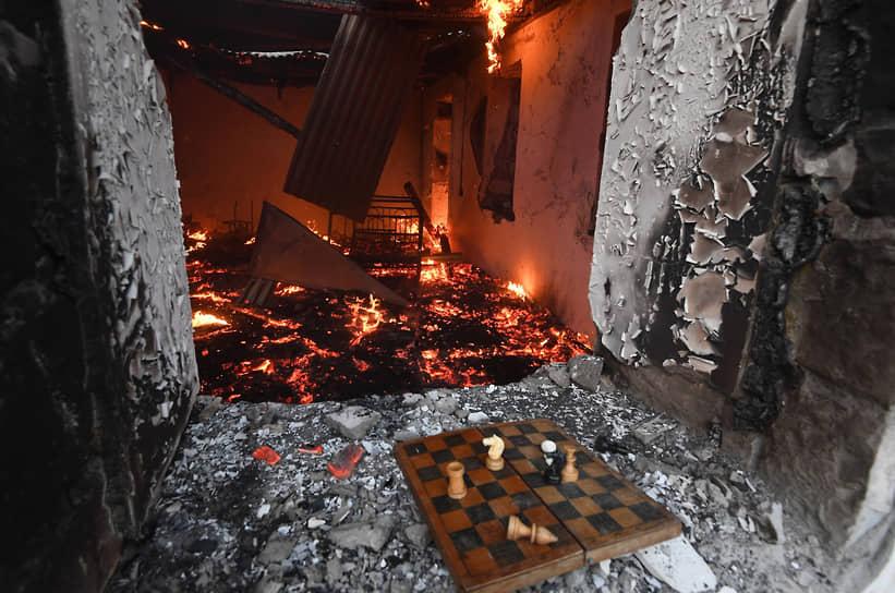 Кельбаджар, Нагорный Карабах. Горящий дом в Кельбаджарском районе, который по итогам мирного соглашения отошел к Азербайджану