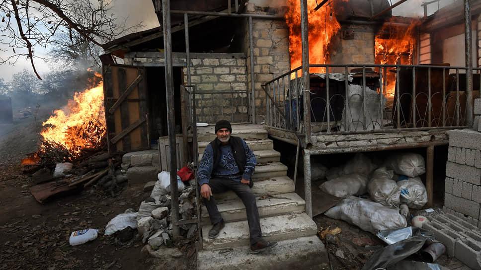 Местный житель Арек сидит на ступеньках горящего дома. В ситуации с Карабахом он винит не азербайджанцев, а тех, кто «заставляет воевать»