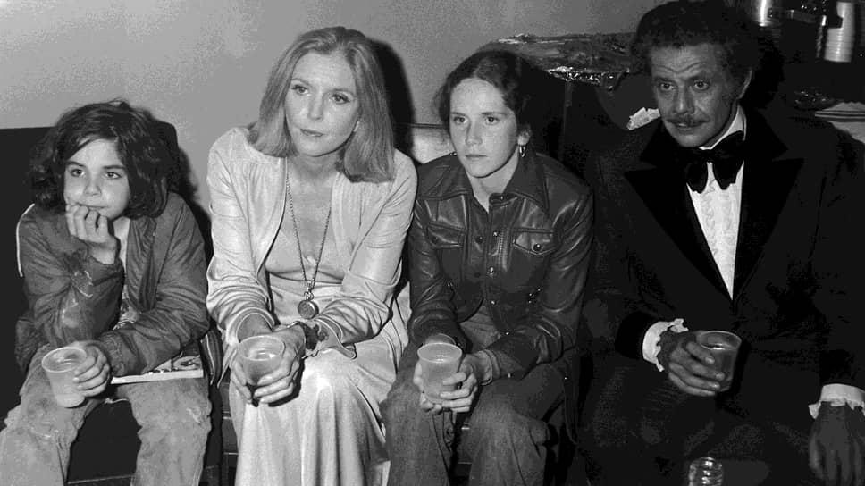 Бенджамин Эдвард Стиллер родился 30 ноября 1965 года в семье известных актеров-комиков. Отец Джерри Стиллер работал на эстраде, а мать Энн Мира – в телевизионных шоу. Бен и его старшая сестра Эми часто проводили время на съемочных площадках.  На фото: Бен Стиллер (слева) со своей семьей