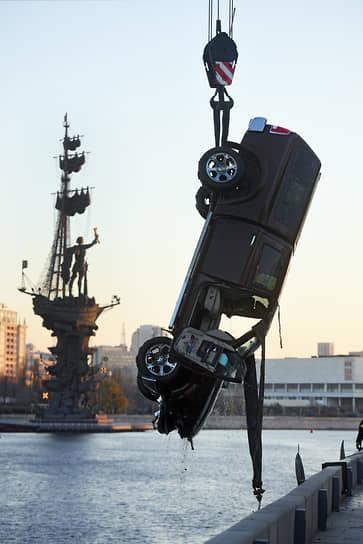 17 ноября. Москва. Автомобиль, упавший в реку на Пречистенской набережной