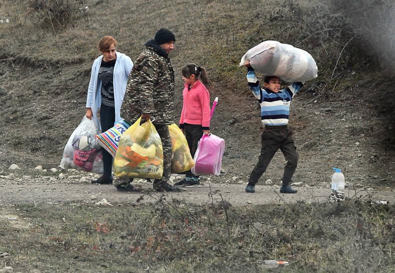 19 ноября. Нагорный Карабах. Беженцы в Кельбаджарском районе, который по итогам мирного соглашения отошел к Азербайджану