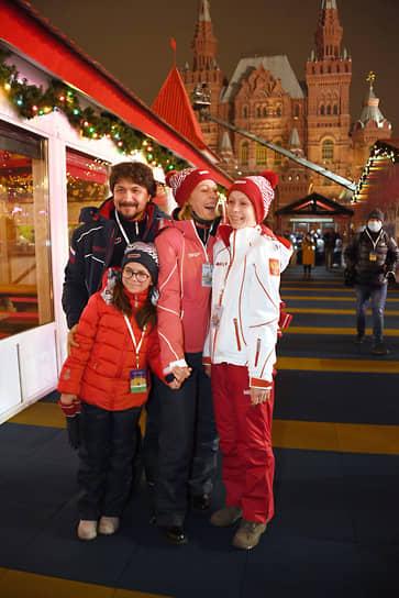 Актриса Ольга Ломоносова и режиссер, актер Павел Сафонов с детьми на церемонии открытия катка