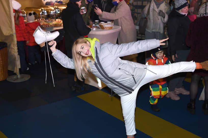 Фигуристка Анастасия Гребенкина во время церемонии открытия катка